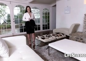 Chesty MILF Angela White likes foot fetish