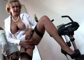 Unfaithful british mature lady sonia reveals her heavy boobs
